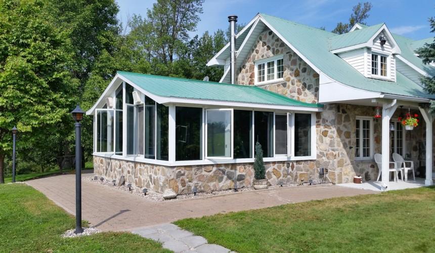 Photo après | Remplacement de toutes les vitres par une toiture en tôle isolée